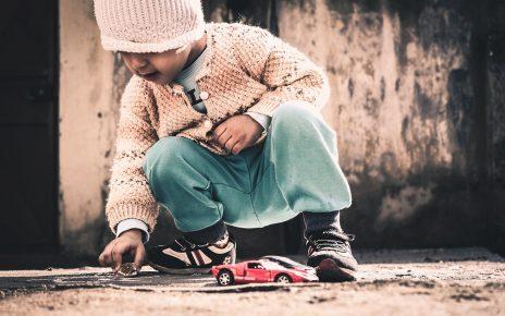 Dziecko z samochodem